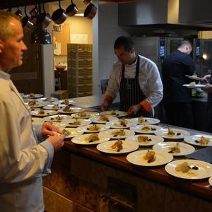 Restauracja Folk: świętowanie przy stole