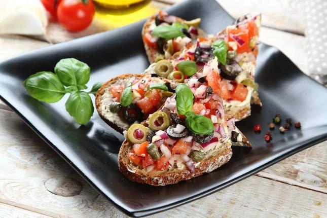 Pełnoziarniste kanapki z pomidorami, oliwkami i bazylią