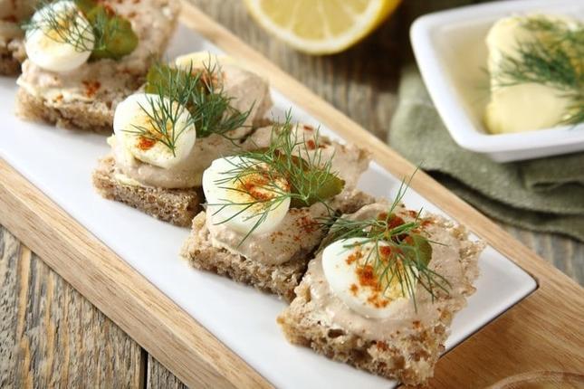 Kanapka z pastą z tuńczyka i ogórkiem