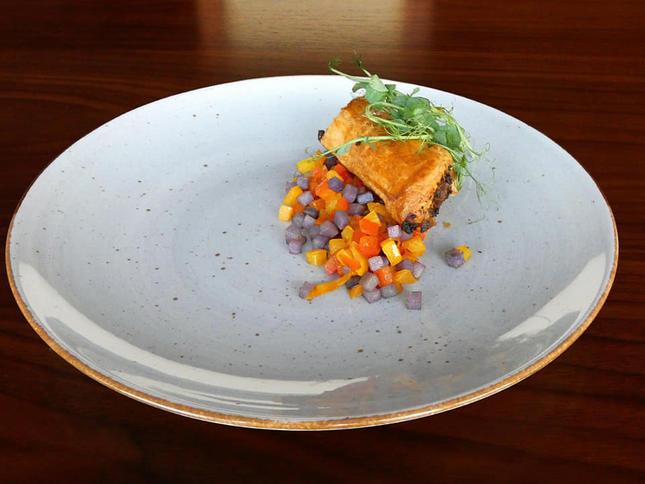 Pikantne ciasto francuskie z wołowiną, prażone ziemniaki truflowe, concasse paprykowe, kiełki zielonego groszku
