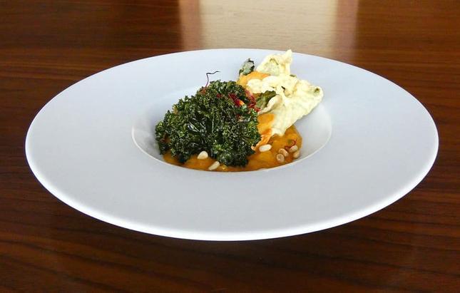 Zielone szparagi w cieście ryżowym, zapiekane z serem cheddar, chutney z mango i brzoskwini, prażone orzeszki pini i smażony jarmuż