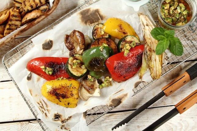 Warzywa z rusztu z salsa awokado. Fot. Knorr