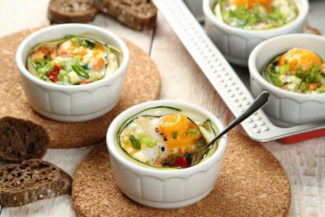 Jajka zapiekane z lososiem i warzywnym ragout. Fot. Knorr